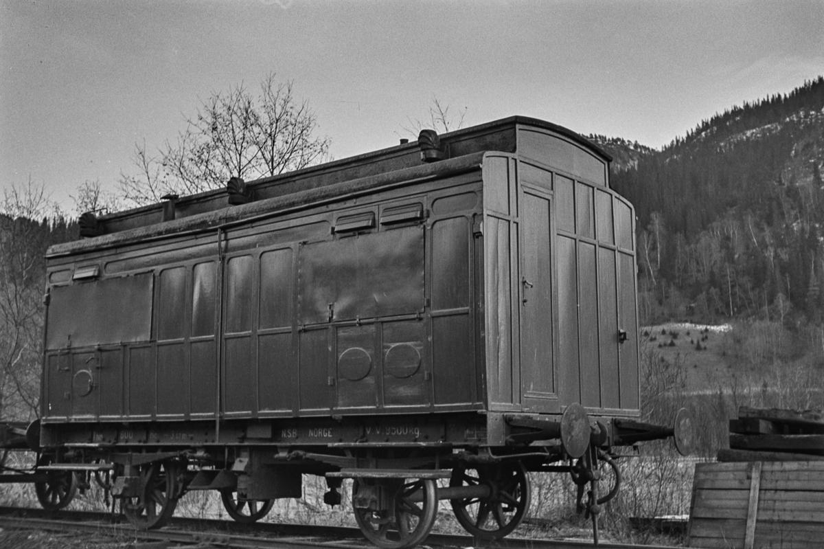 NSBs sanitetsvogn Zu nr. 800, hensatt på Støren i påvente av opphugging.