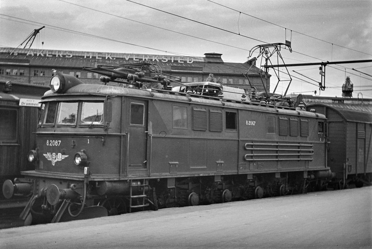 Elektrisk lokomotiv type El 8 nr. 2067 med ankommet tog på Oslo Vestbanestasjon.