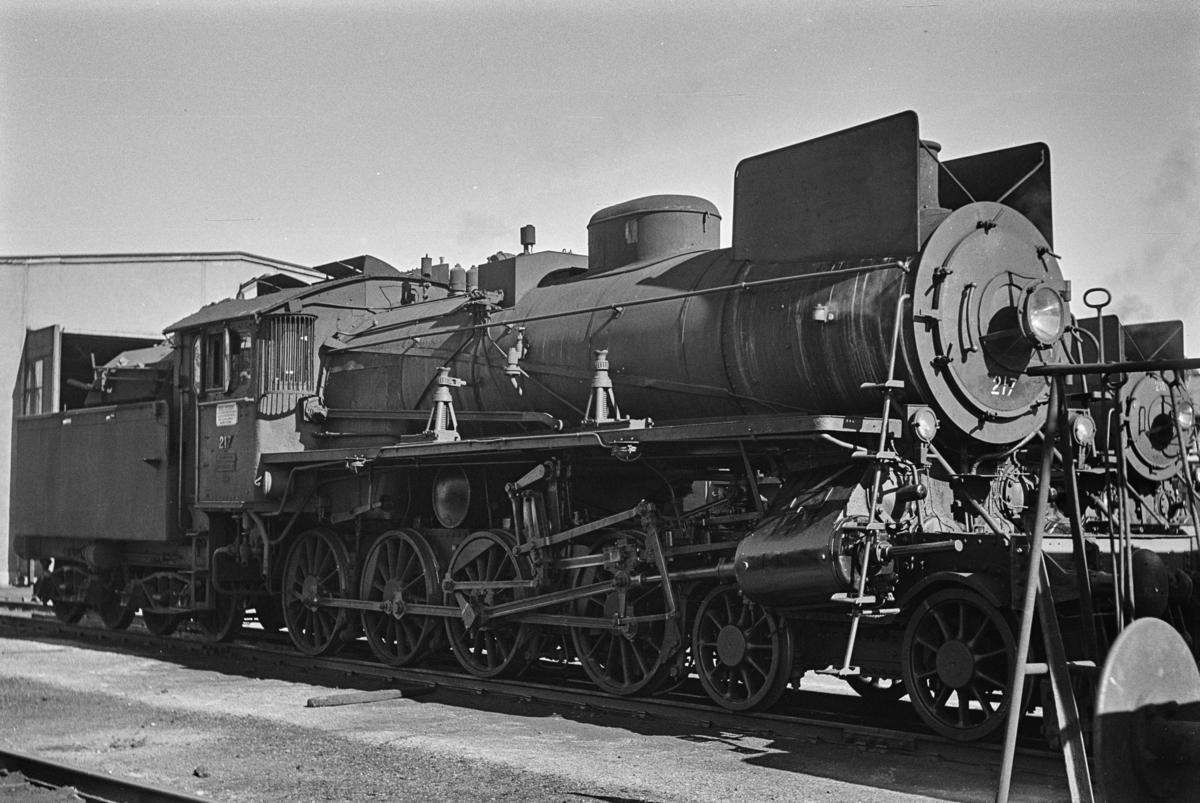 Damplokomotiv type 26a nr. 217 ved lokomotivstallen på Hamar.