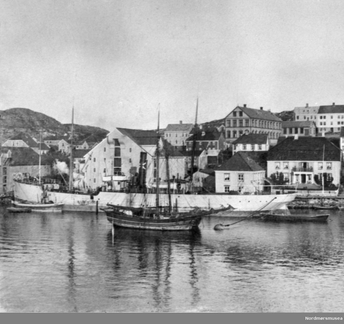 To jakter side om side og dampskip hos Parelius på Nordlandet, Kristiansund. variant. Nordmøre museums fotosamling.