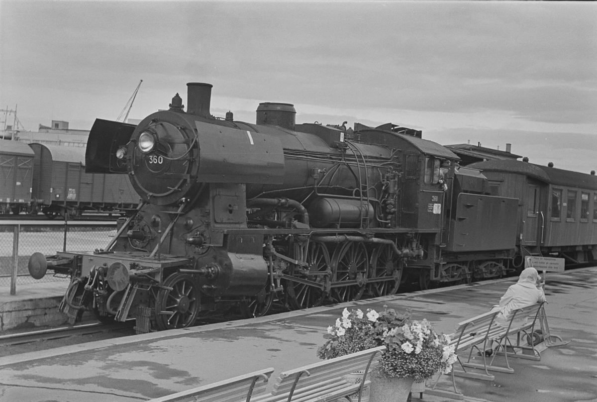 Forstadstog nr. 1728 fra Trondheim kl 1620 til Støren. Toget stoppet på alle stasjoner og holdeplasser og brukte 1 1/2 time til Støren. Toget trekkes av damplokomotiv 30b nr. 360.