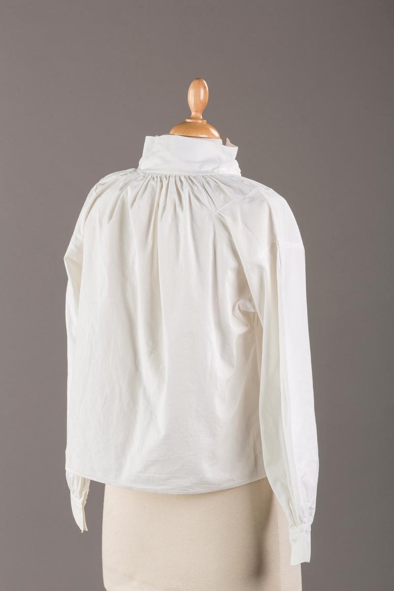 Skjorte sydd av hvit bomull, samme snitt som skjorta til Romerike festdrakt.