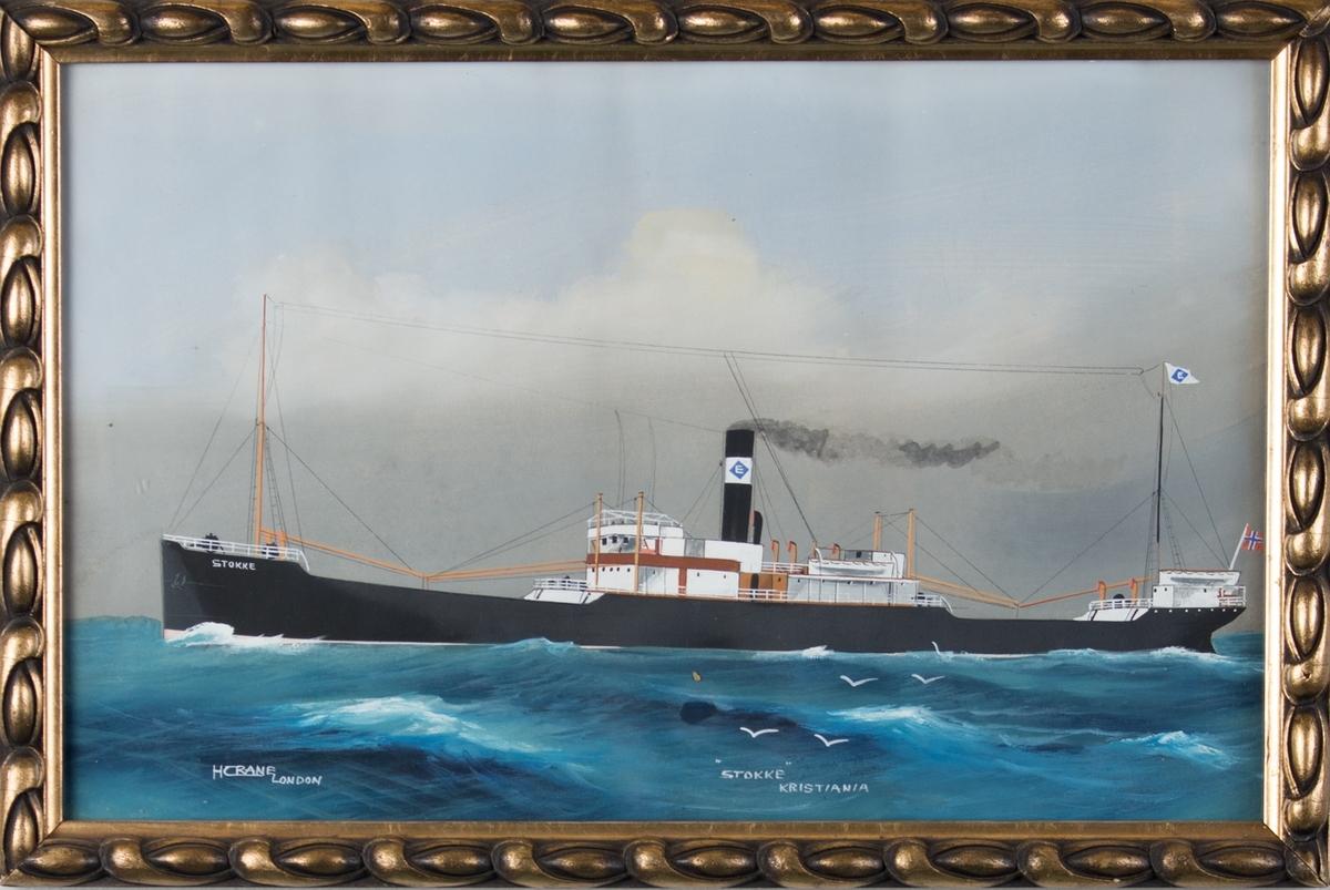 Skipsportrett av DS STOKKE på åpent hav. Store bølger og måker. Skipet har to master, vimpel med rederimerke. Baugen merket med STOKKE og skorsteinen med bokstaven E i rederimerke. Norsk flagg akter.