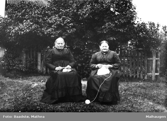 To kvinner med strikketøy, sitter ute i hagen - Johanne Baaberg og Marit Gaustum