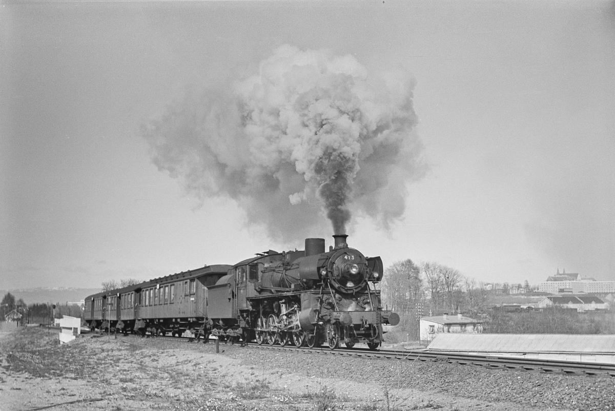 Forstadstog nr. 1728 fra Trondheim kl 1620 til Støren. Toget stoppet på alle stasjoner og holdeplasser og brukte 1 1/2 time til Støren. Toget trekkes av damplokomotiv 26c nr. 413.
