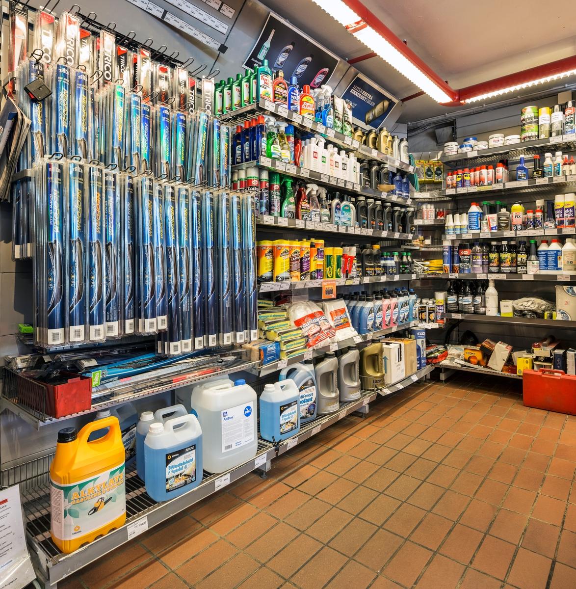 Statoil Hemnes. Butikk inteiør med veggseksjon med vinduviskere. Hyller med bilpleieprodukter, motoroljer og bilrekvisita.