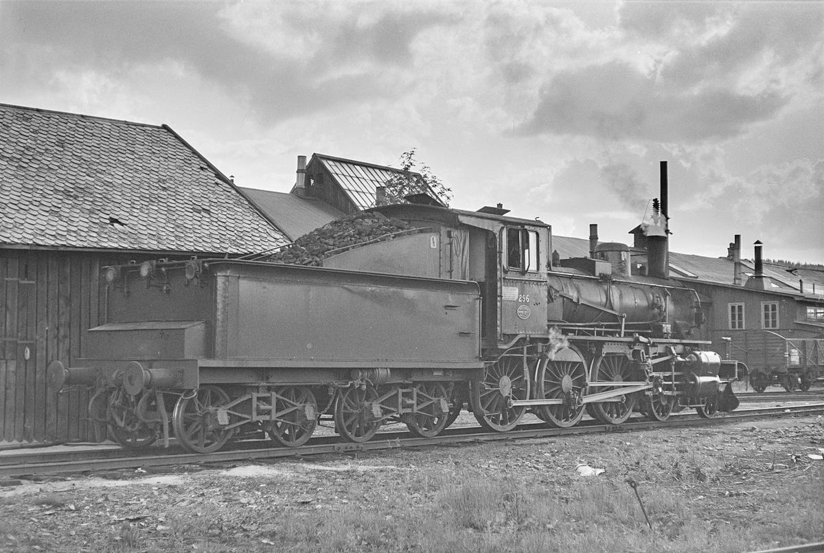 Damplokomotiv type 27a nr. 296 på Kongsvinger stasjon. .