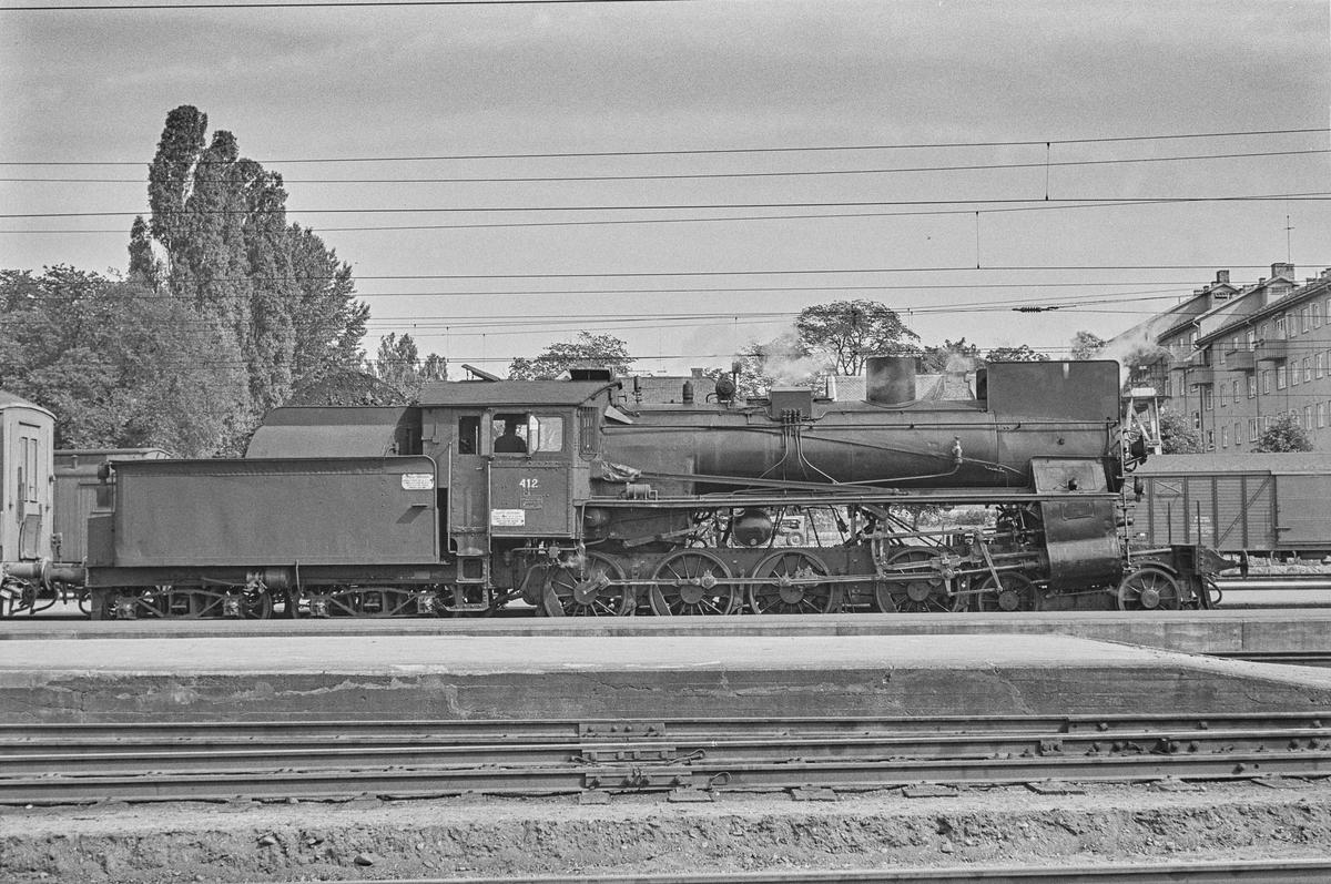 Damplokomotiv type 26c nr. 412 med tog på Hamar stasjon. .