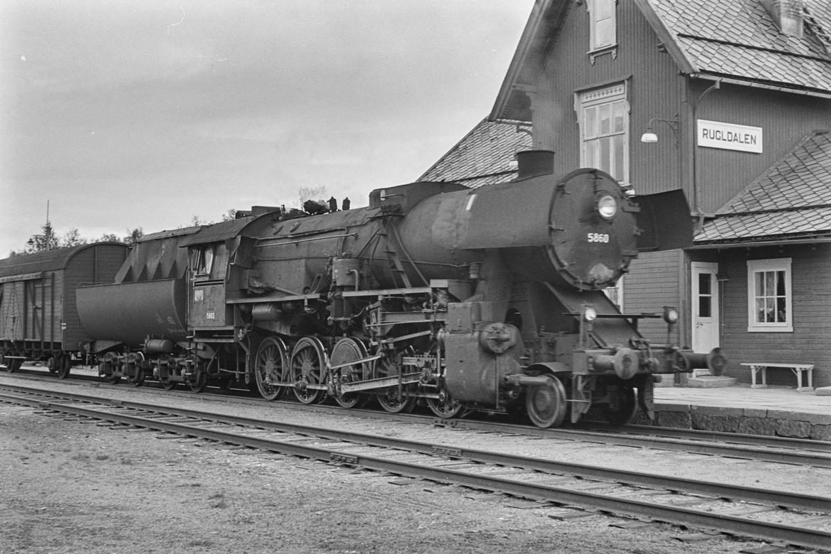 Sydgående godstog på Rørosbanen på Rugldalen stasjon. Toget trekkes av damplokomotiv type 63a nr. 5860.