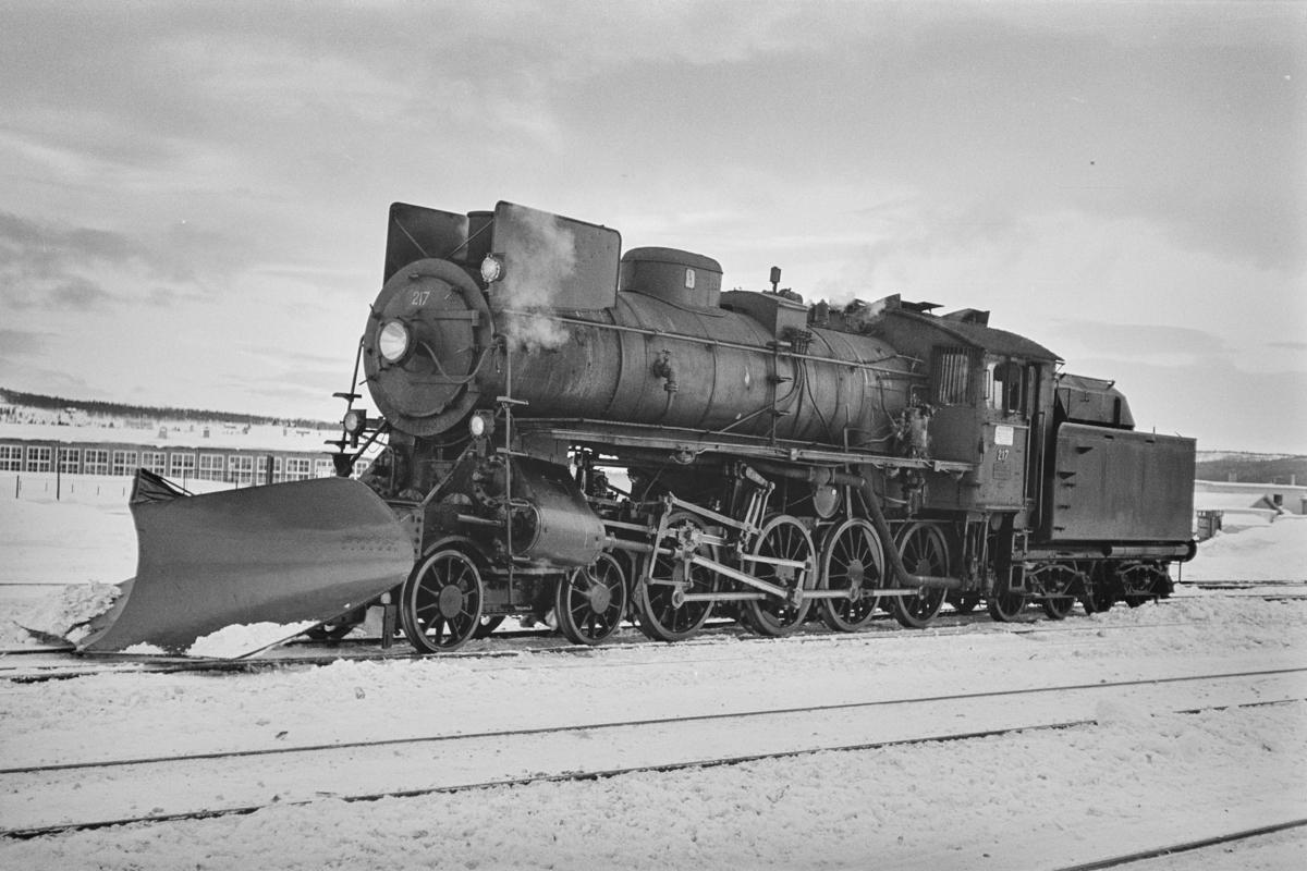 Damplokomotiv type 26a nr. 217 med stor frontplog på Røros stasjon.