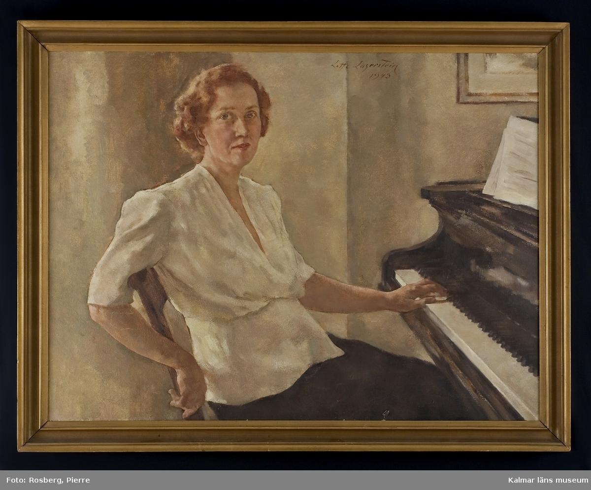 En kvinna pianisten Doris I Bergman-Ryner sitter vid sitt piano.