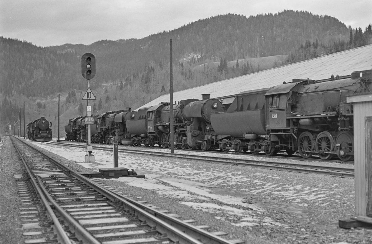 Hensatte damplokomotiver type 63a på Støren stasjon.