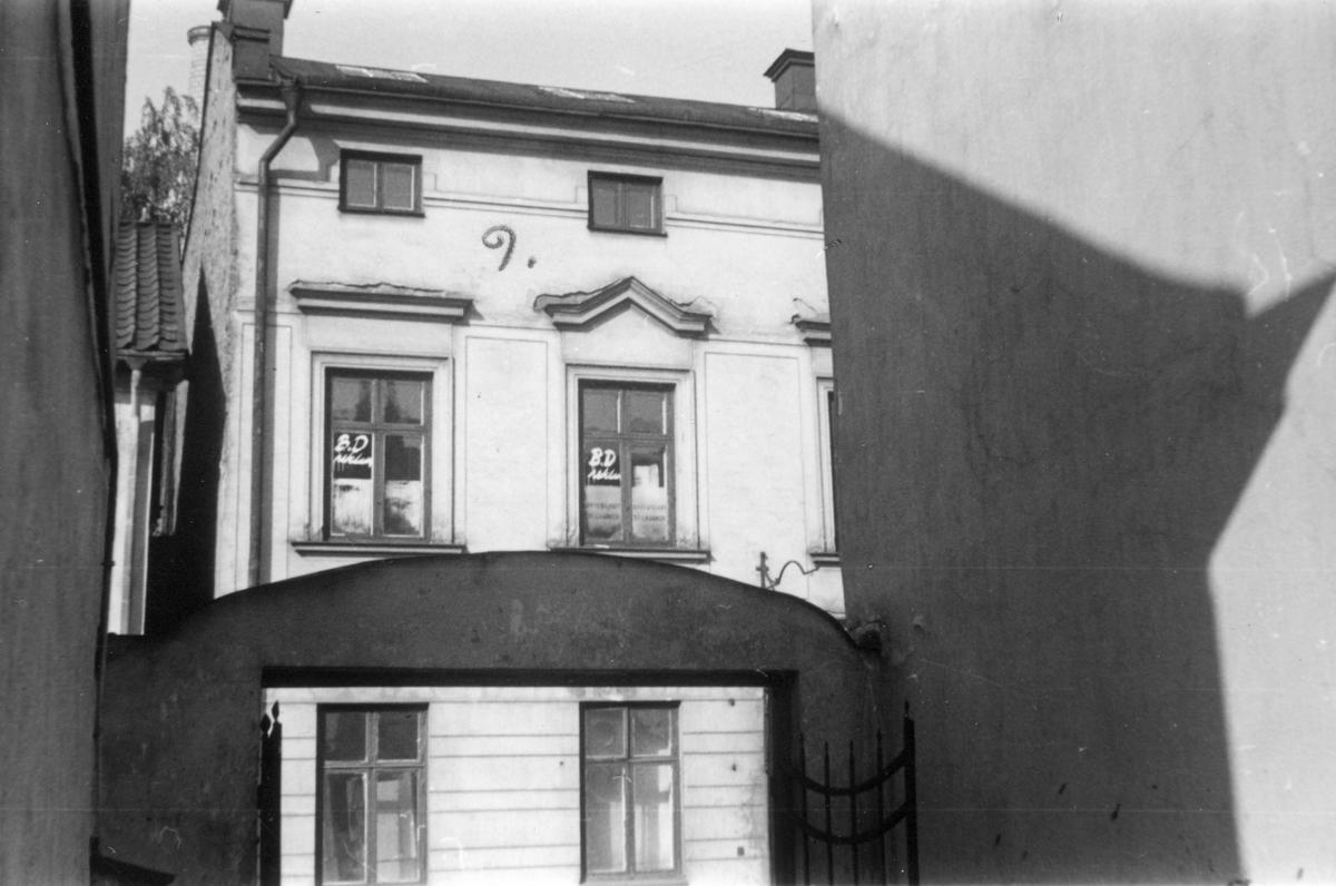 Del av Repslagaregatan 25 i kvarteret Tunnan, bilden tagen från kvareteret Sumpen. Fotografiet taget i samband med rivningsansökan 1953. Vy mot nordväst.