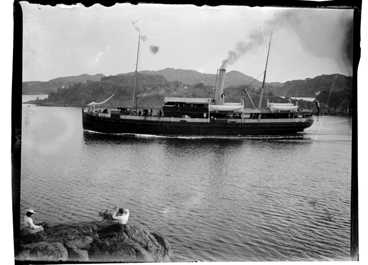 DS Kong Haakon II går mellom skjærene, Farsund. Fotografert 1903.