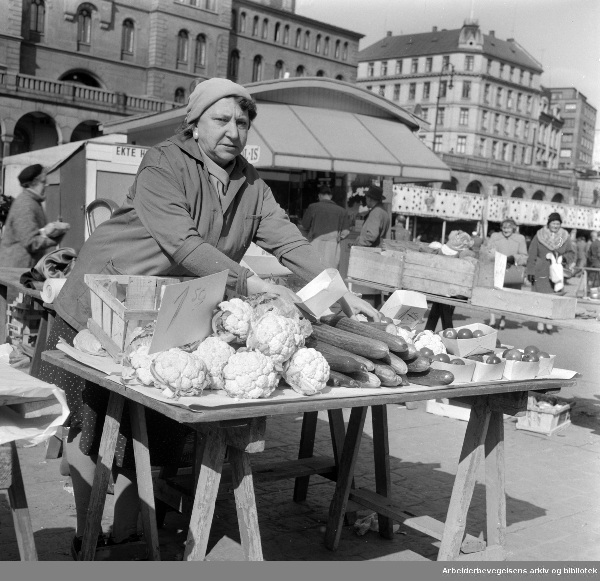 Youngstorget: Torgsalg. Nye norske grønnsaker på torget. April 1960