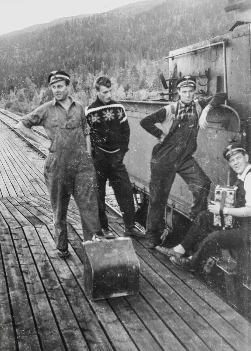 """""""Trekkspillklubben"""" på utflukt. Lokomotivpersonalet ved damplok 21c nr. 370 under oppholdet på Lassemoen stasjon."""