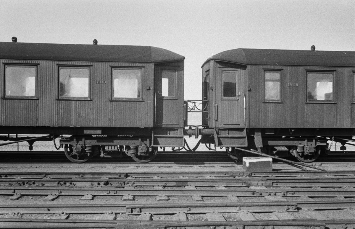 Personvogn type Bo4d nr. 18119 (t.v.) og 18118.