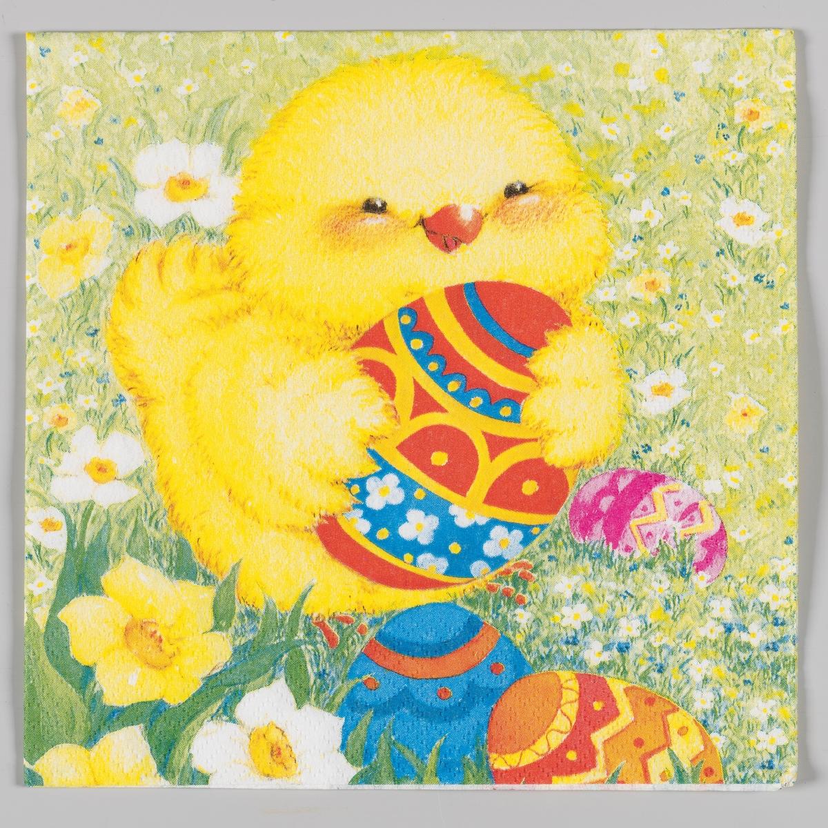 En kylling holder et dekorert påskeegg med vingene sine. Dekorerte påskeegg, påskeliljer og hvite og blå blomster i gresset rundt kyllingen.