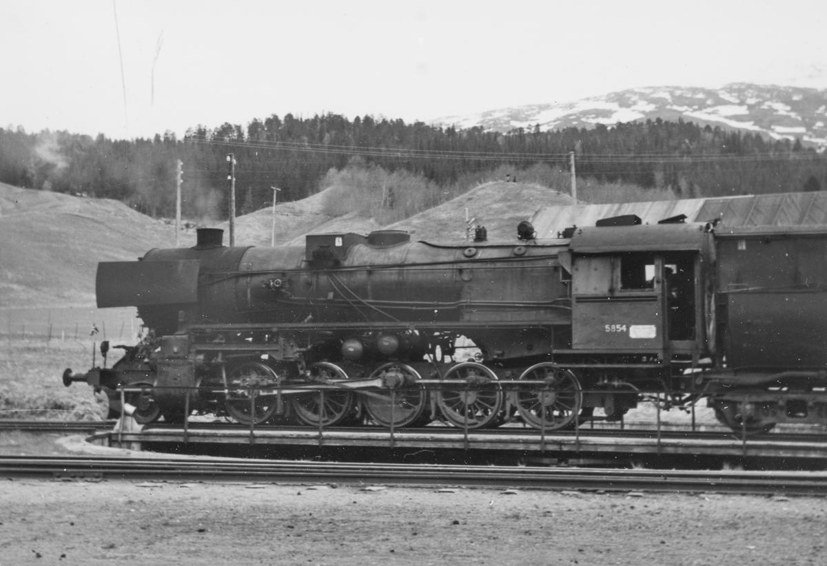 Damplok type 63a nr. 5854 på svingskiven på Gudå stasjon.