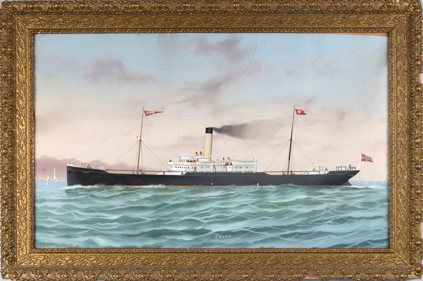 Skipsportrett av DS SANNA med havneby i bakgrunnen. Fartøyet fører vimpelen samt skorsteinsmerke til rederiet Jacob Christensen. Norsk flagg akter.