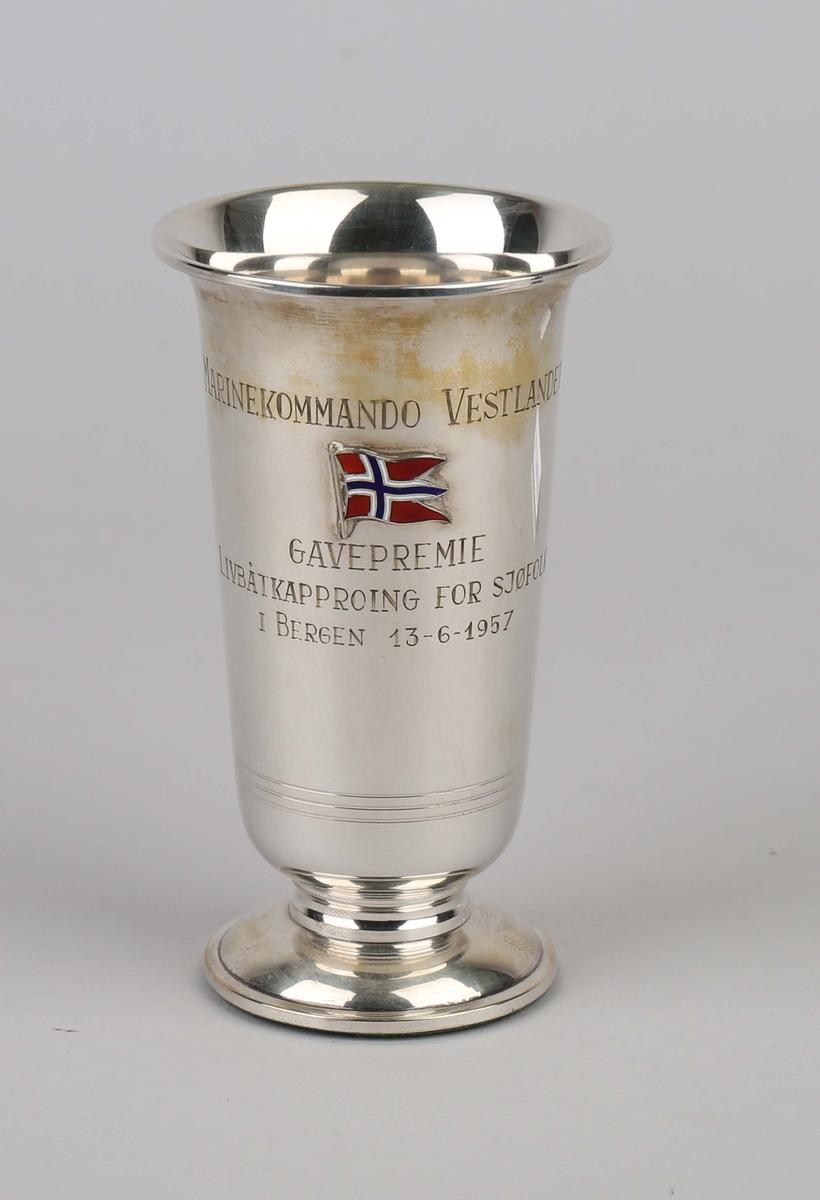 Sølvpokal fra Marinekommando Vestlandet.  På sokkel med emaljert flagg i front på pokal.