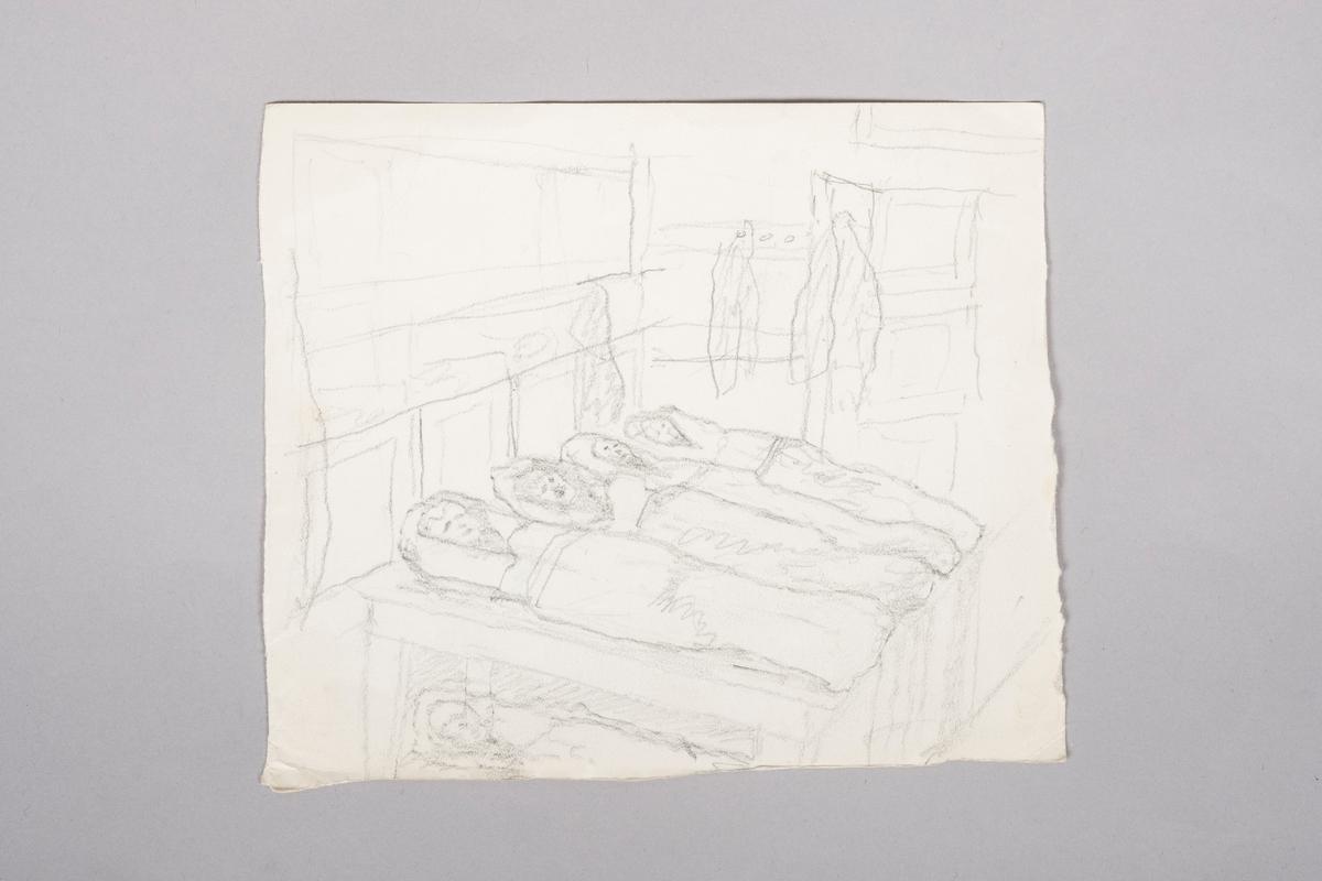 Brakkeinteriør med køyesenger og skap. I midten ligger fire figurer i soveposer oppå et bord. Under bordet skimtes en figur i sovepose.