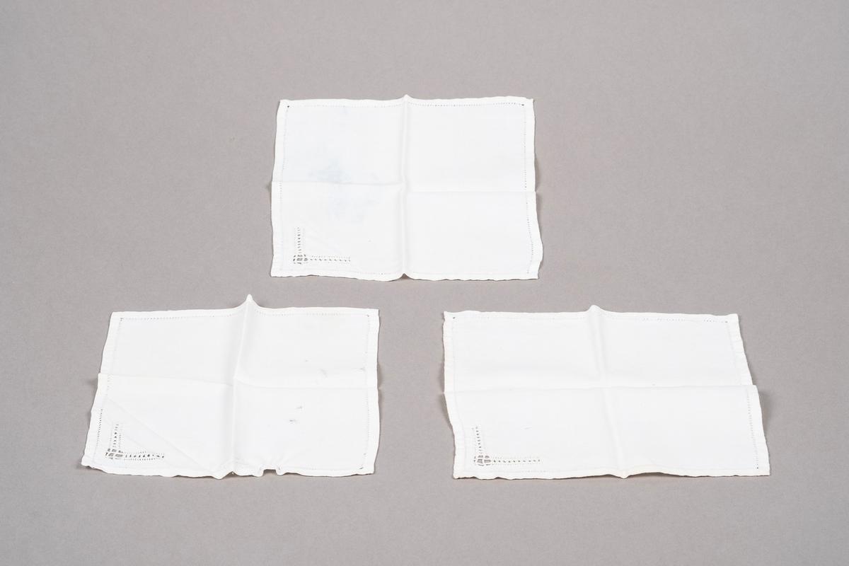3 like hvite lommetørklær i bomull med hullbroderier.