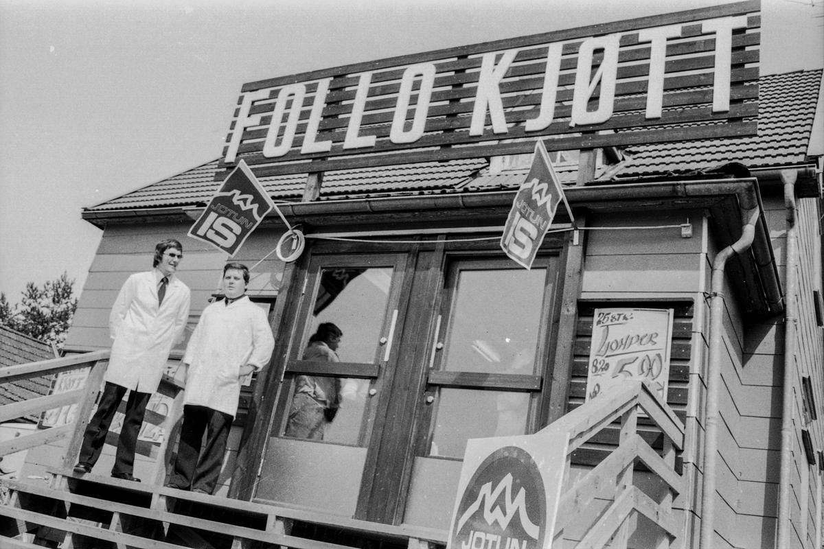 Follo Kjøtt og Spekemat med egen forretning på Ski. Ragnar Huseby og Tore Teigen bak den nye forretningen. Første kunde var Birgit Ås fra Nordby.