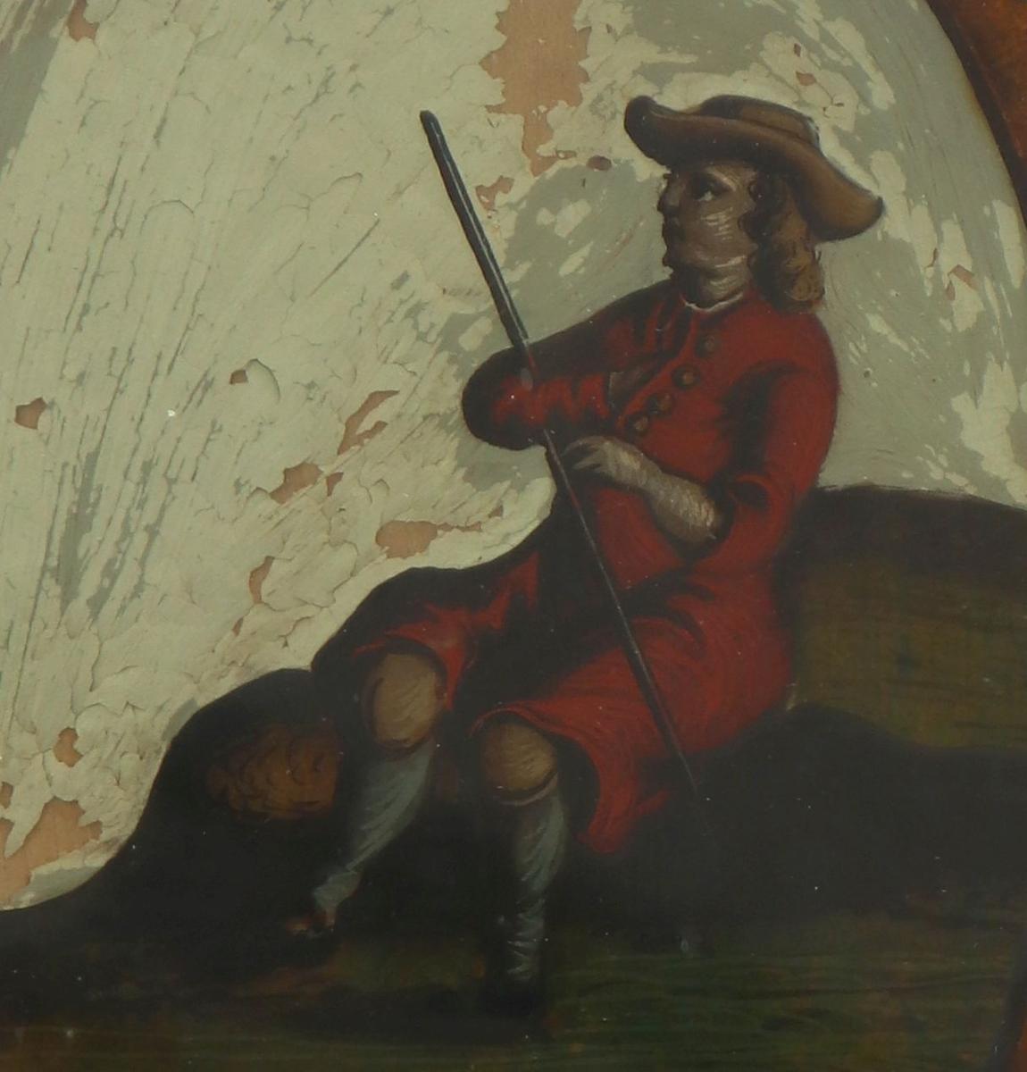 En mann i rød frakk, gule knebukser, lyseblå strøm per, sorte sko, har langt, krøllet, lysebrunt hår, vidbremmet, lavpullet (tresnutet?) hatt på hodet. Hyrde eller vandringsstav i armkroken, sitter på en sten i det grønne. Gråhvit bakgr.