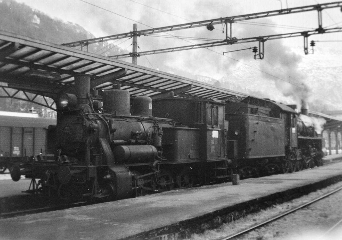Damplokomotiv type 25d nr. 422 og 31b nr. 426 på Bergen stasjon.