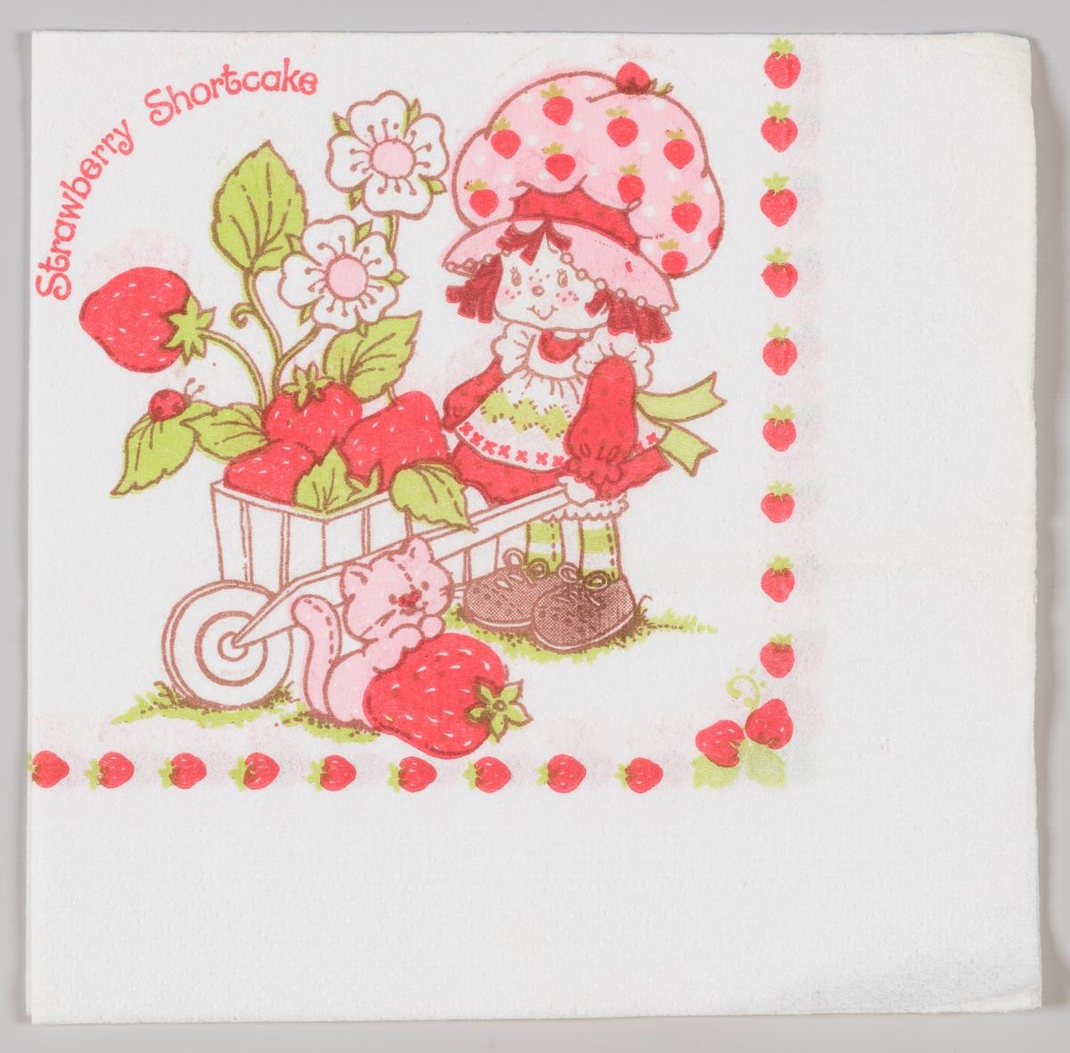 En jente med en stor jordbærhatt kjører med en trillebår med jordbær