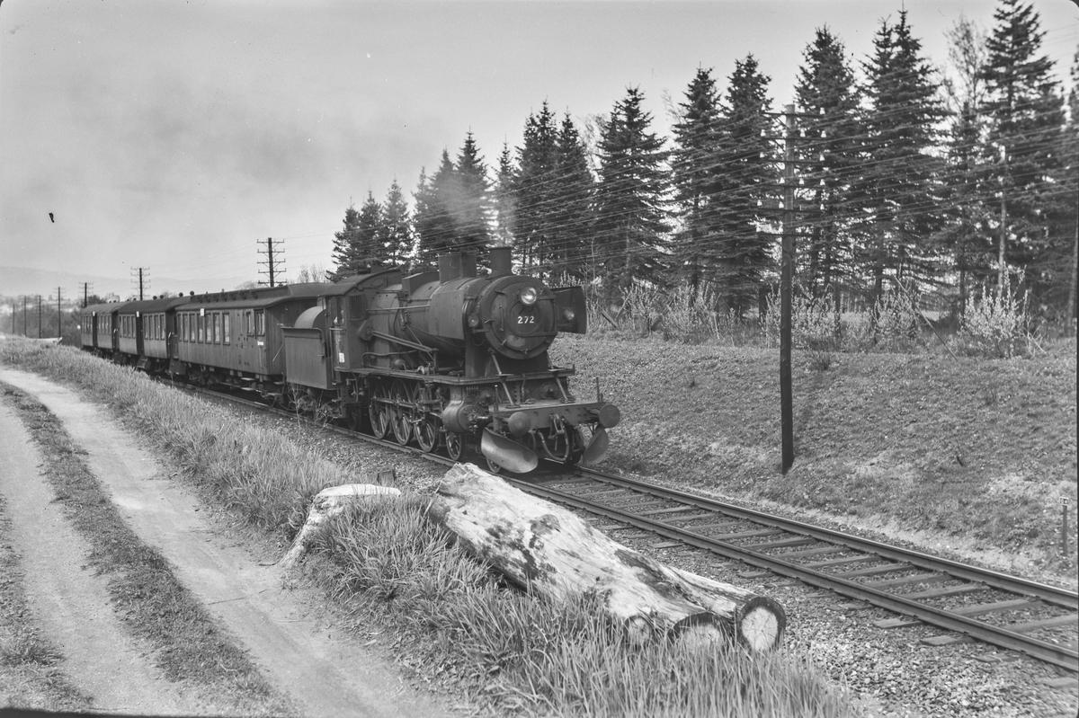Forstadstog 1726 fra Trondheim til Støren. Toget trekkes av damplokomotiv type 30a nr. 272.
