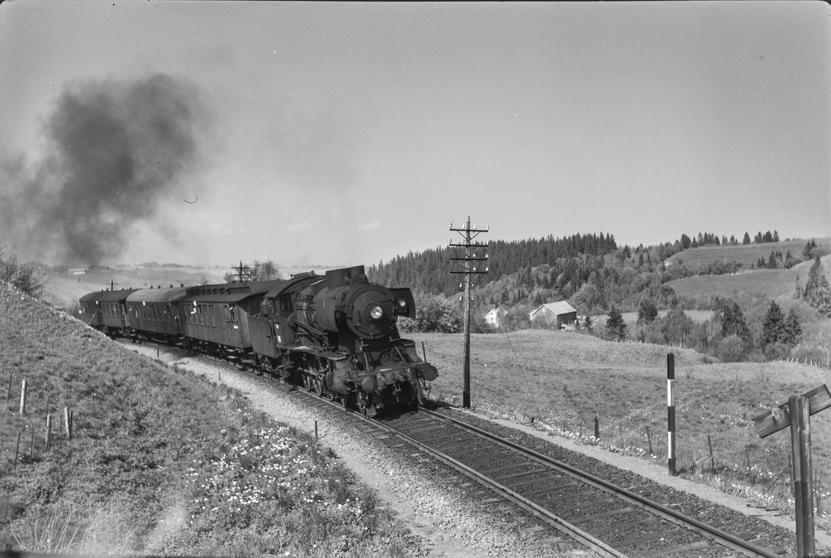 Lokaltog fra Trondheim til Støren. Toget trekkes av damplokomotiv type 30b nr. 357.