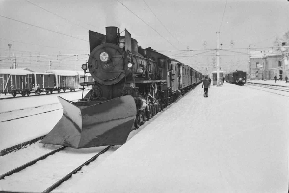 Persontog fra Oslo Ø til Trondheim over Røros, Pt. 301, på Hamar stasjon. Toget trekkes av damplokomotiv type 26a nr. 215.