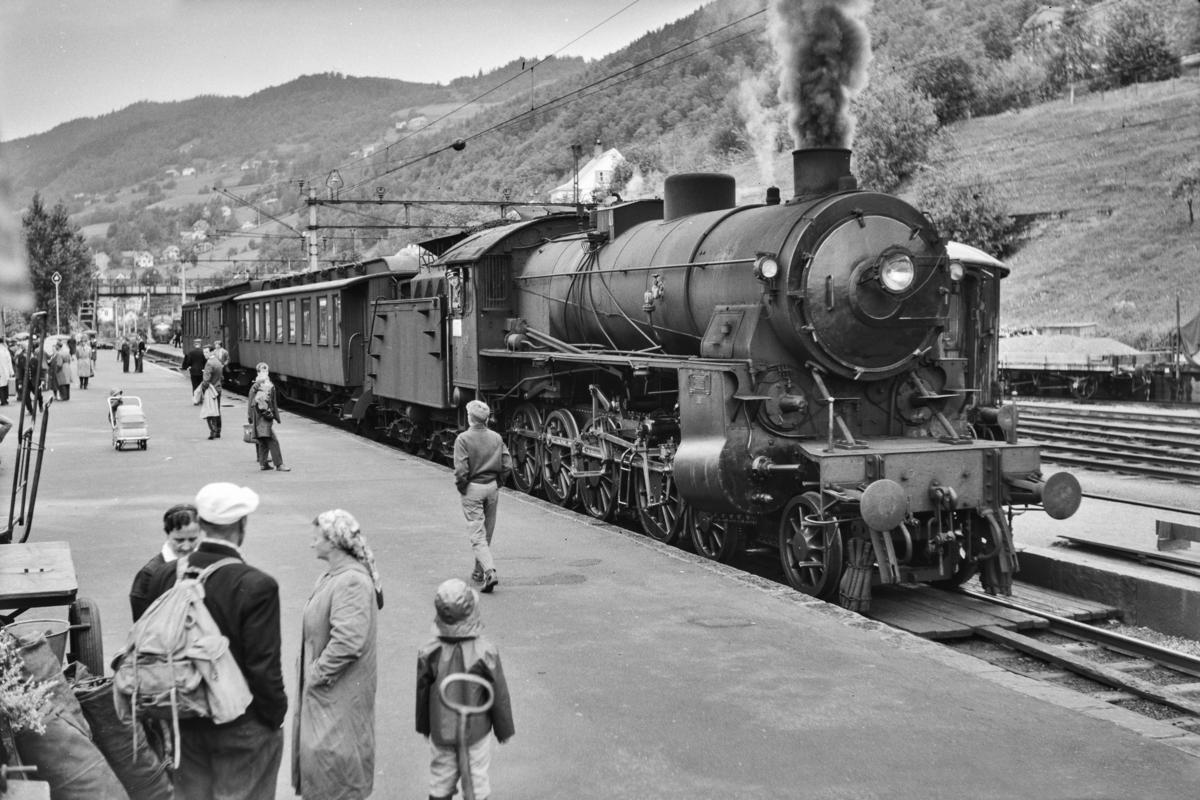 Persontog fra Bergen til Myrdal, tog 1844 på Voss stasjon. Toget trekkes av damplokomotiv type 31b nr. 401.