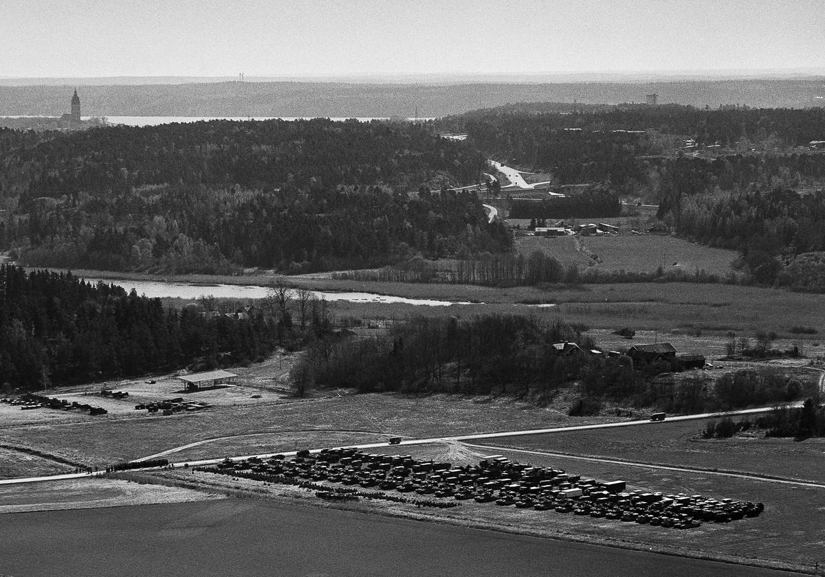 """Pansarbataljonen uppställd för genomgång mellan Lagnögaragen och Viksberg. Förrådsområdet """"Prärien"""" till vänster i bild."""