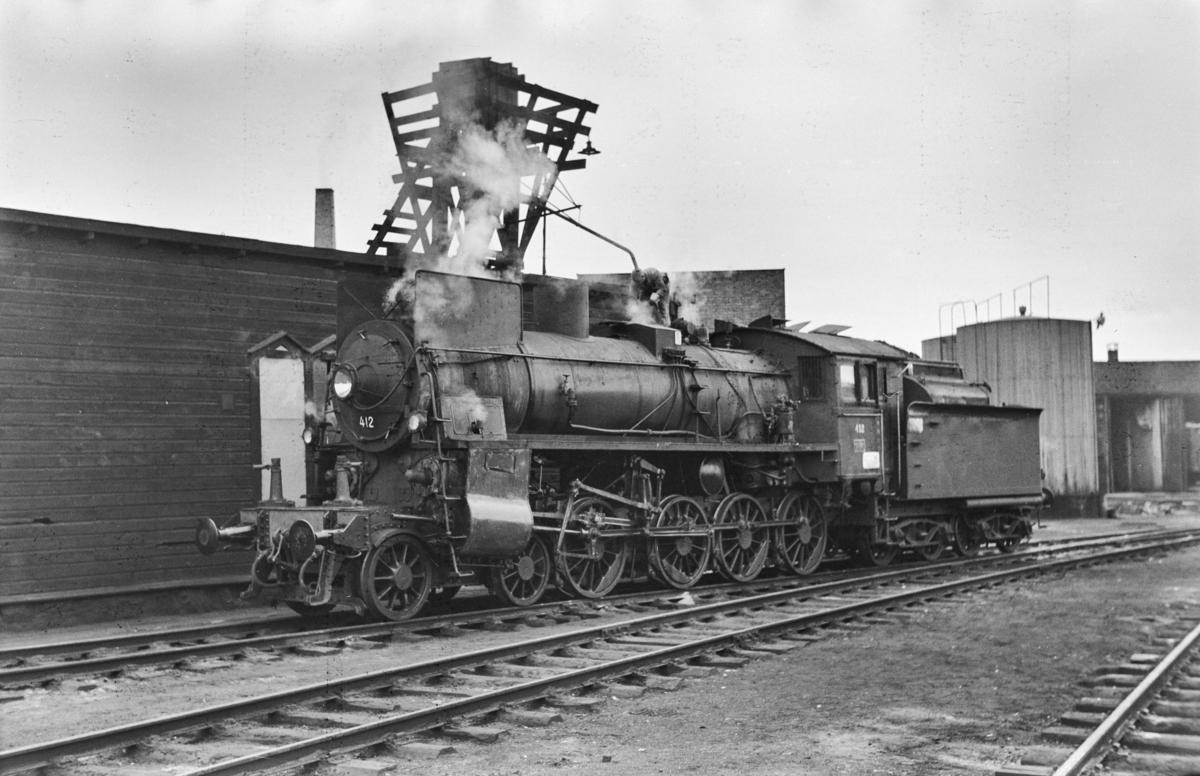 Damplokomotiv type 26c nr. 412 ved lokomotivstallen på Hamar stasjon.