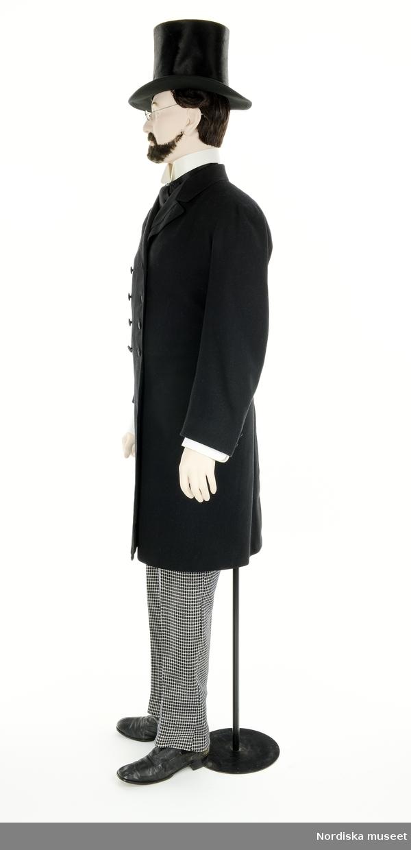 Borgerlig man 1860, från utställningen Modemakt. Modellen är fotograferad för 360-visning. Information om kläderna se Relaterade objekt under Referenser. Skjortbröst, krage, manschetter och knappar är rekvisita.
