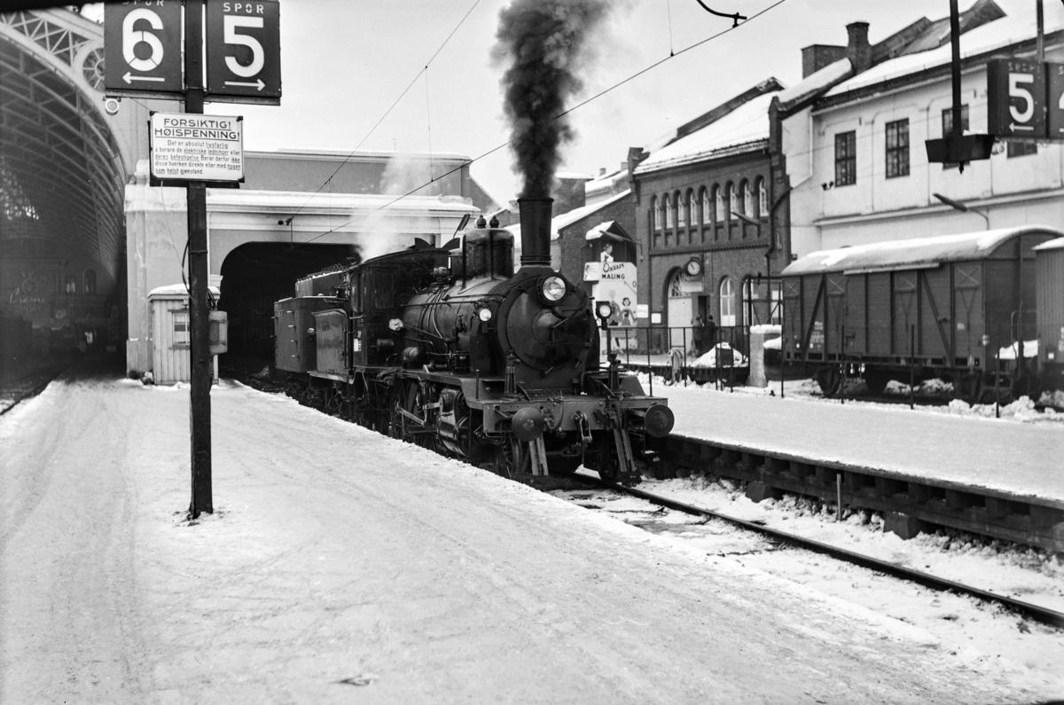 Damplokomotiv type 18c nr. 310 på Oslo Østbanestasjon.