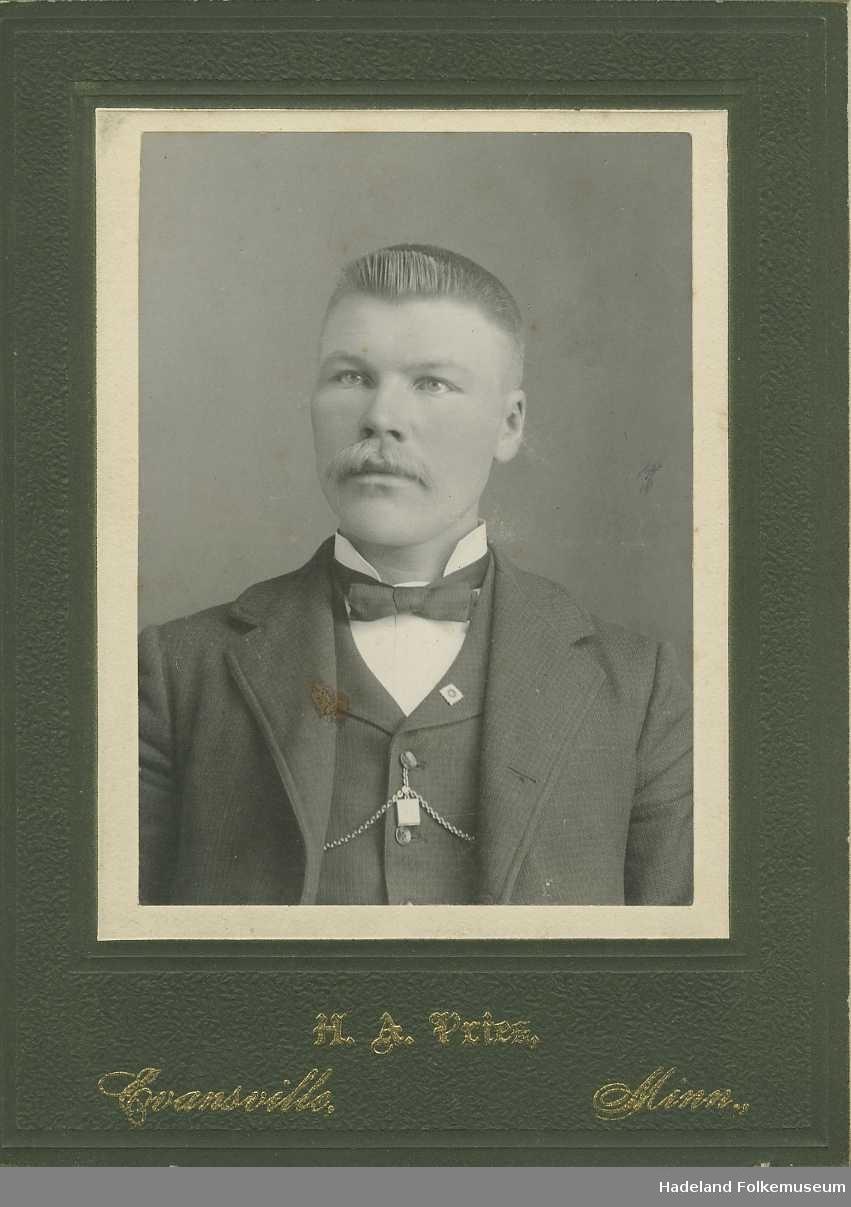 Foto fra album, hovedsaklig portrett, men og fra begravelse og utenfor et hus. Portrett av Kristian Augedahl.