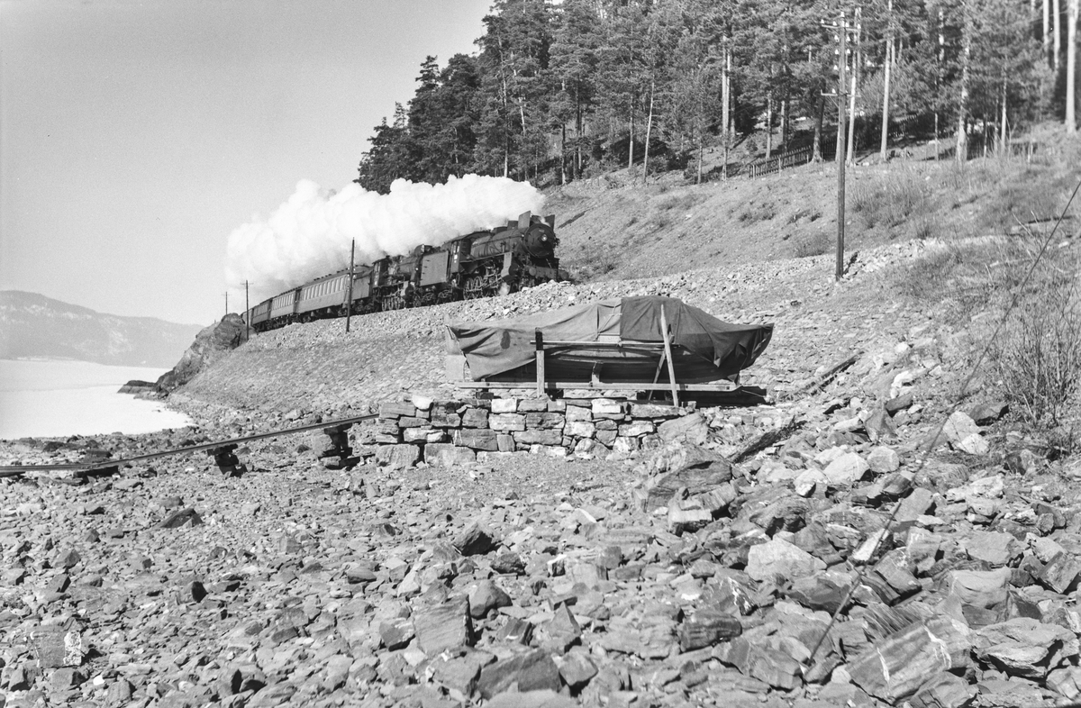 Tog fra Otta til Oslo Ø, tog 308B, ved Furuberget mellom Jessnes og Hamar. Toget trekkes av damplokomotiv type 31b nr. 402 og type 30b nr. 364.