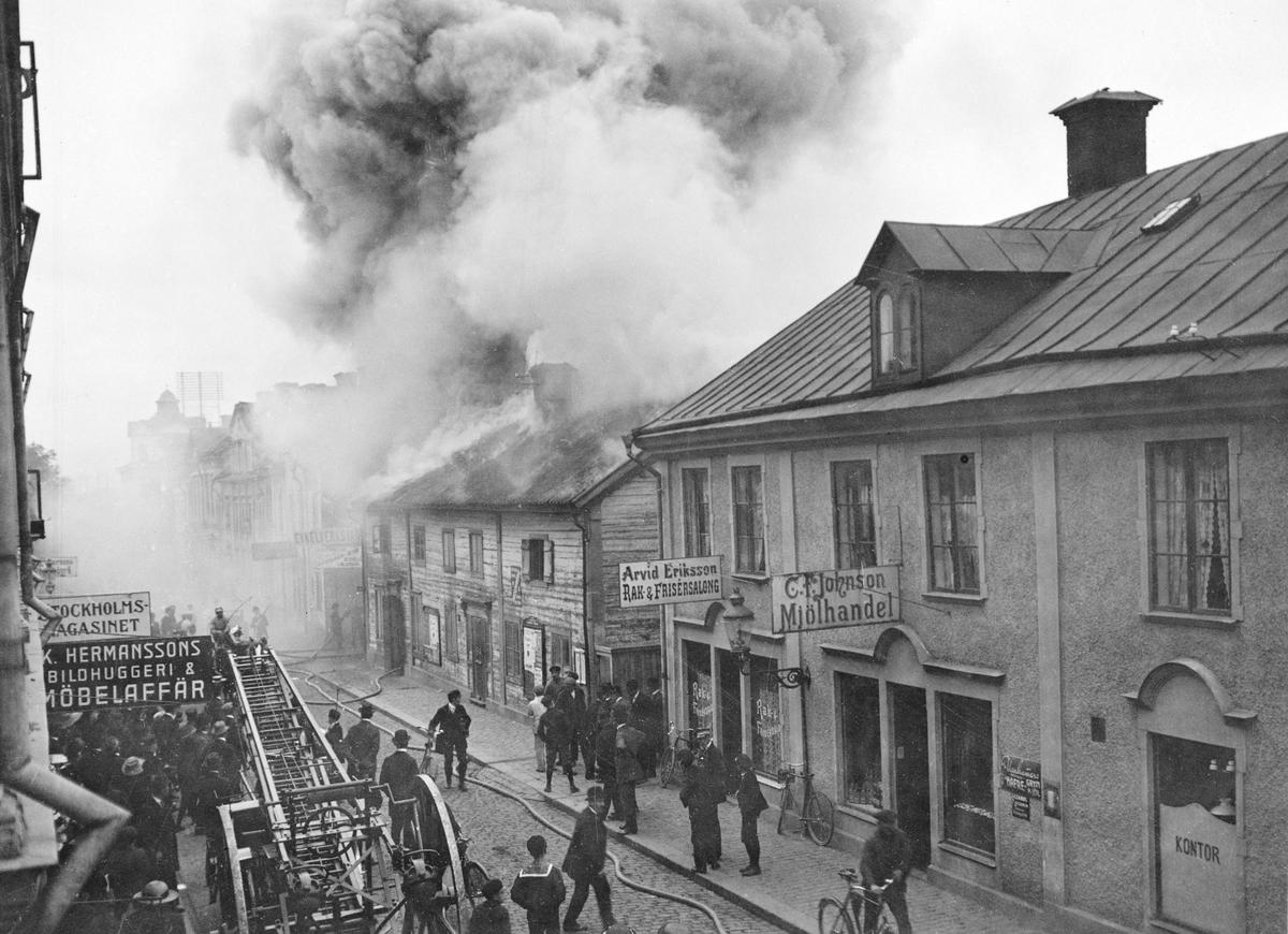 Dagen är den 3 oktober 1913. Några minuter efter klockan tre på eftermiddagen larmades brankåren i Linköping till en eldsvåda i den så kallade Bergdahlska gården på Storgatan 18. Då kåren kommit till platsen välde rök ut genom taket utefter husets hela längd, men endast i flygeln mot Snickaregatan hade elden brutit igenom taket. Som tur var det nära till brandposter och efter en kraftfull insats var branden under kontroll. Gården, som ägdes av disponent Hjalmar Larsson, var redan före branden fallfärdig och skulle rivas. Bostadslägenheterna på övervåningen var sedan endast ett par dagar lyckligtvis tömda och obebodda. I gatuplanet fanns ännu ett skomakeri och en plåtslagarverkstad. Man spekulerade om brandens orsak fanns att finna i verkstaden bristfälliga ässja eller kunde sökas i att gården en tid varit tillhåll för objudna gäster som möjligen hanterat eld oförsiktigt.