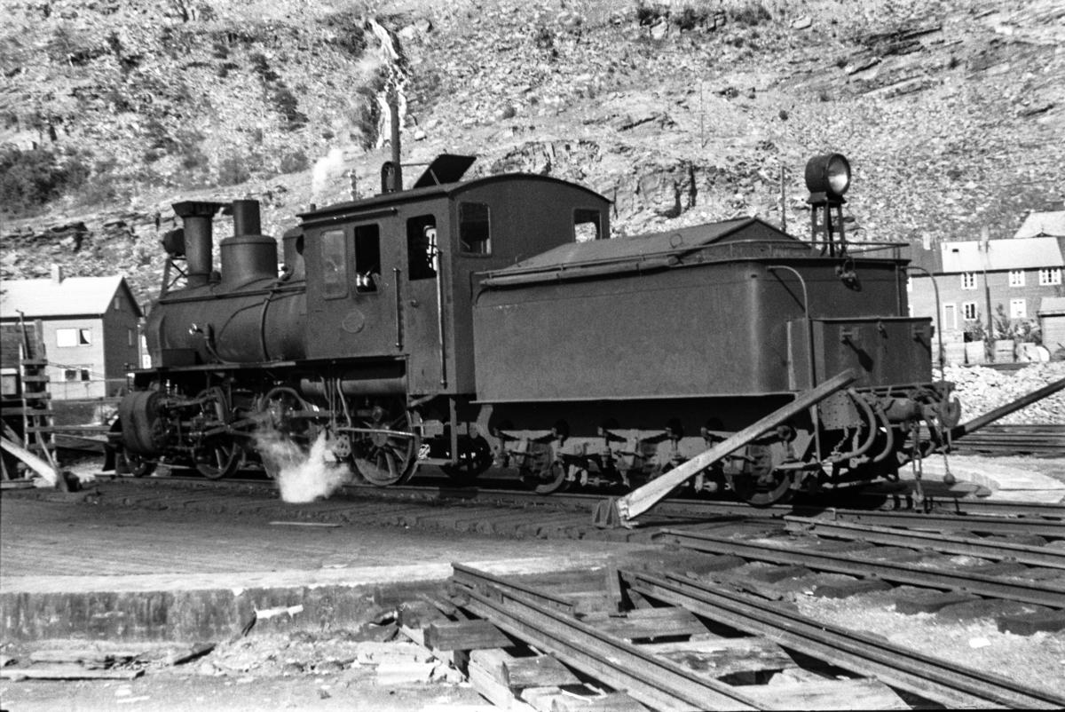 Sulitjelmabanens damplokomotiv nr. 85 på svingskiven i Lomi.