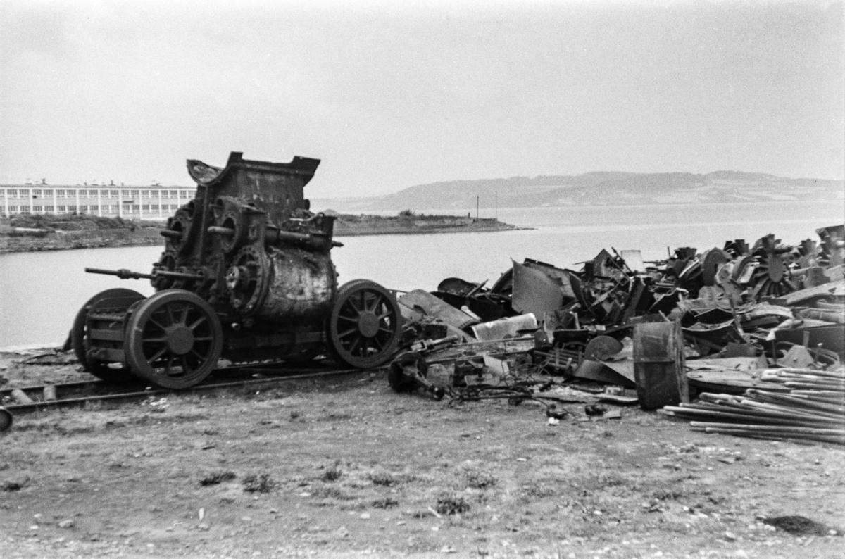 Restene av opphugde damplokomotiver på Hamar stasjon.
