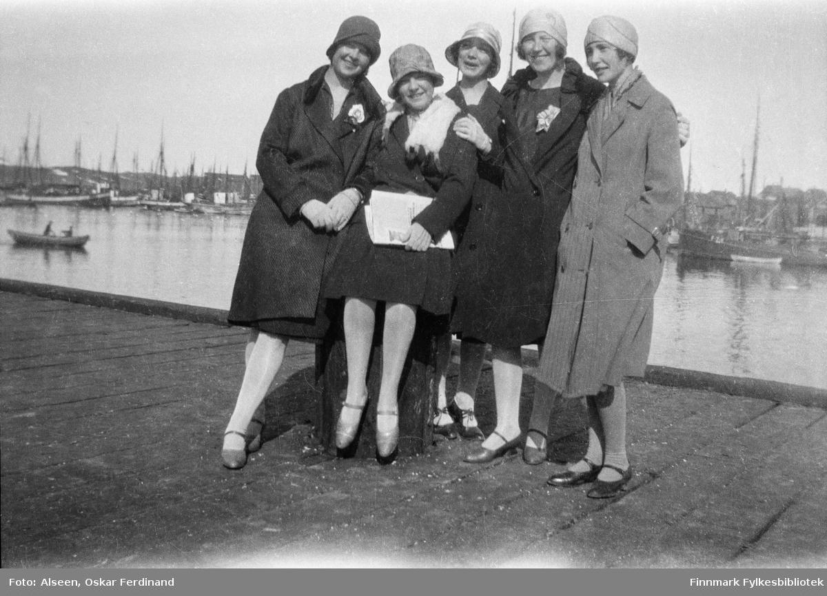 Fem damer på kaia i Vardø på 1930-tallet. Fra venstre: En ukjent dame, Ingeborg Voie, en ukjent dame, Aslaug Alseen og Laura Lorentsen (gift Lilja).