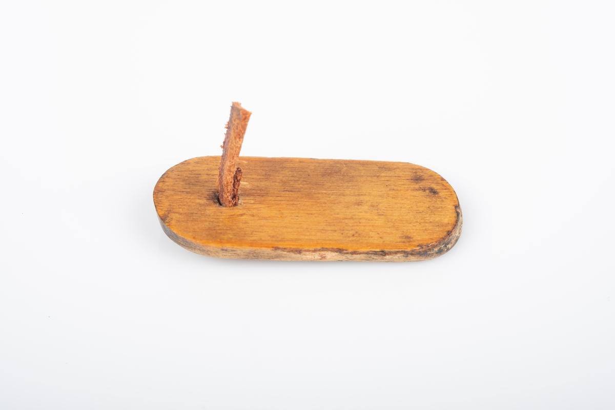 Lokket er av tre og i oval form. Den har en skinnbit til hånstak. Lokket er lakkert med blank lank på utsiden, innsiden er ubehandlet.