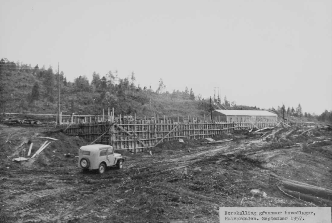 """opprinnelig arkivnr. 0603-a. Øvre Røssåga. Hallvardalen. """"Hovedlageret"""" Bygging av hovedlageret ved v-tunnelen? Jeep med karosseri av egen konstruksjon og utførelse"""