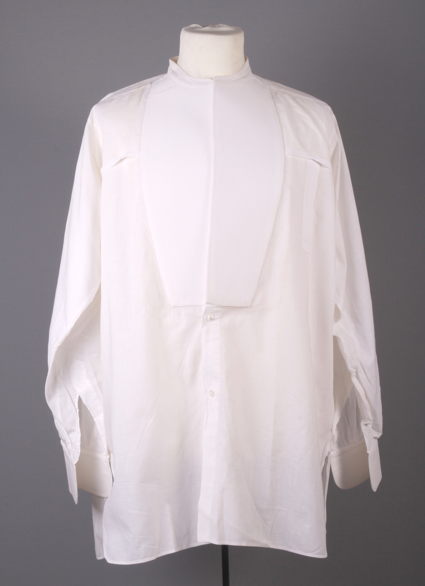 Smokingskjorte med stivet bryst.