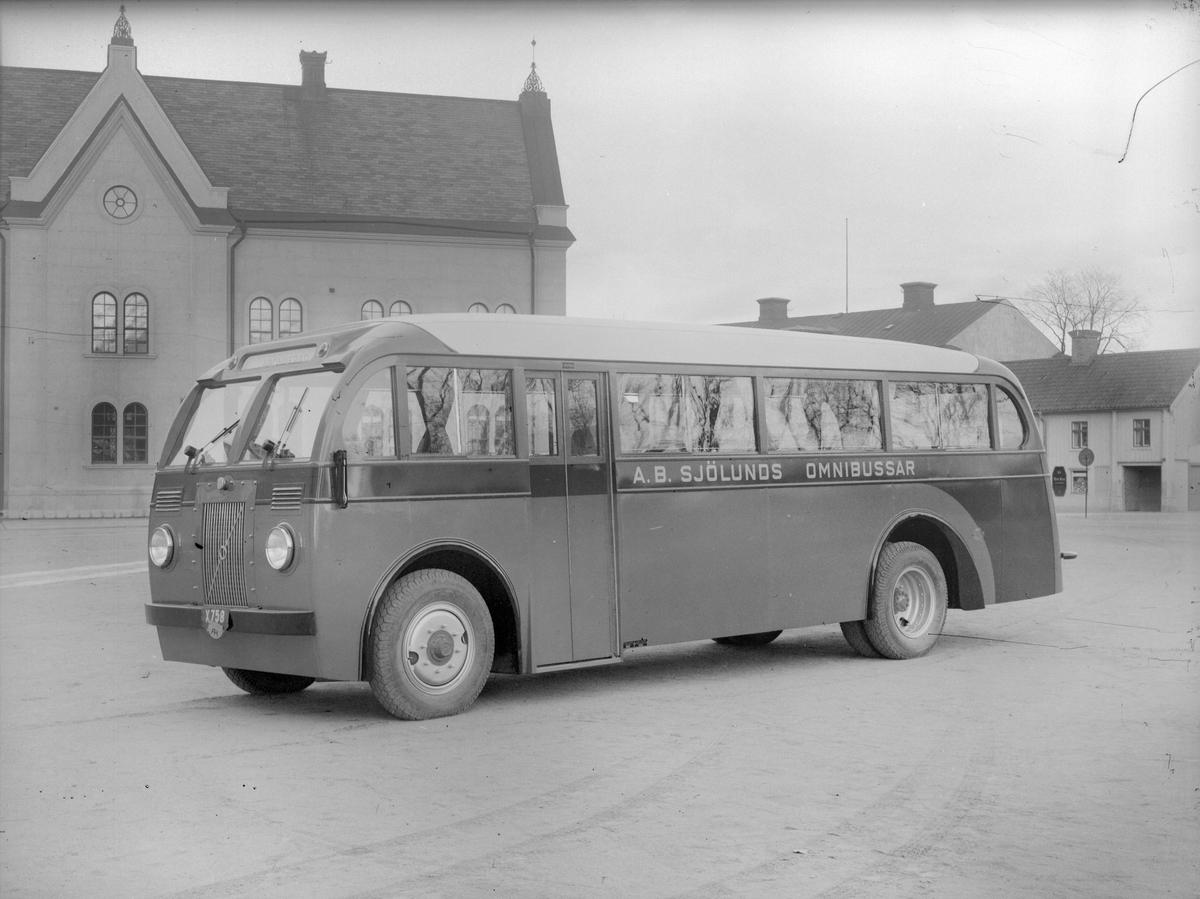 Volvo-buss för Sjölunds Omnibussar i Gävle. AB Svenska Järnvägsverkstäderna använde främst chassier från Volvo, Skania-Vabis och Shevrolet för att bygga bussar. Tillverkningen av busskarosser skylde sig från kontrakt till att karossen med inredning, målning och andra detaljer blev gjurda.
