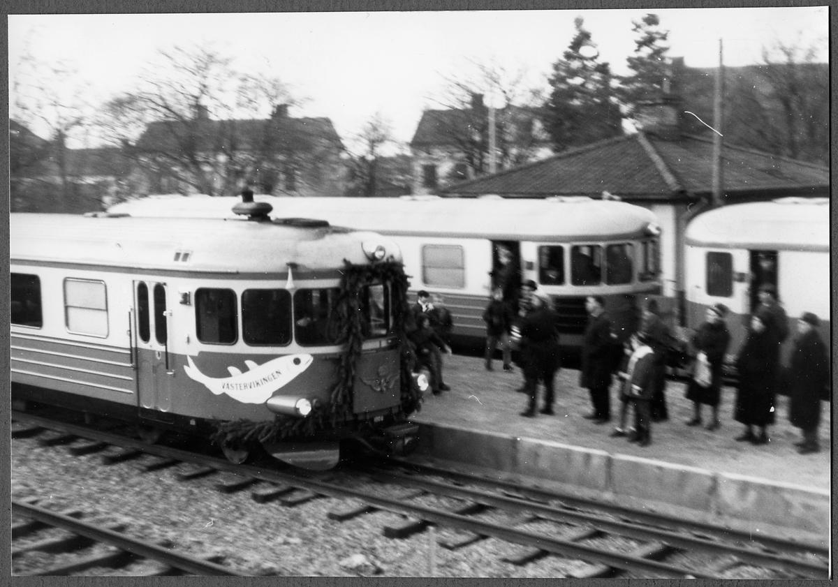 Invigningståget anländer Västervik med Statens Järnvägars  Generaldirektör Erik Upmark. Statens Järnvägar, SJ YBo6 1008.